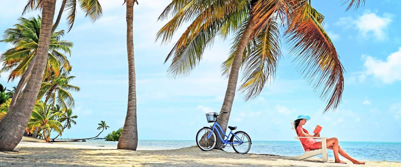 Frau am Strand von Florida