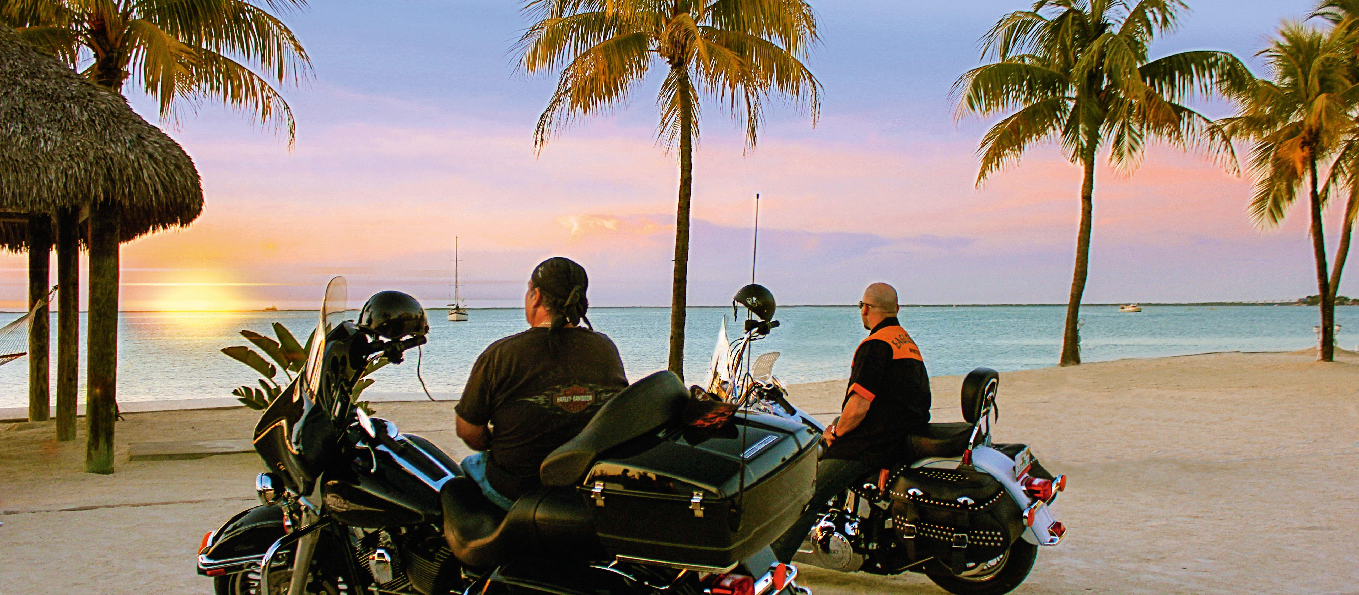 Motorrad bei Sonnenuntergang