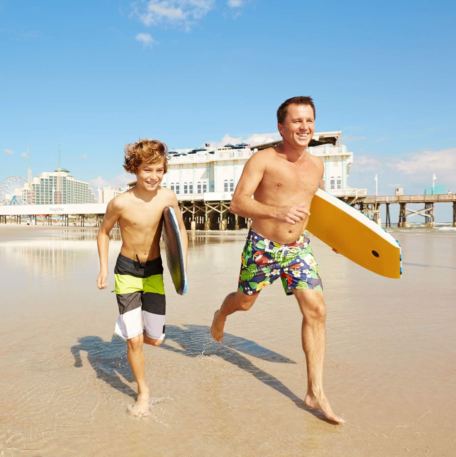 Vater und Sohn am Daytona Beach in Florida