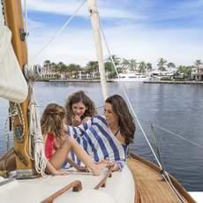 Eine Familie auf einem Seegelboot