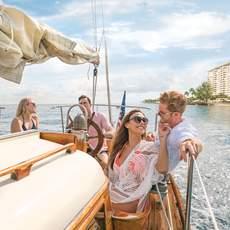 Freunde auf einem Segelboot