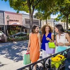 Drei Freundinnen beim Shoppen