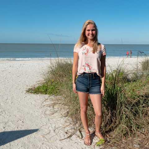 CANUSA Mitarbeiterin Miriam Ohde am Strand von Fort Myers Beach