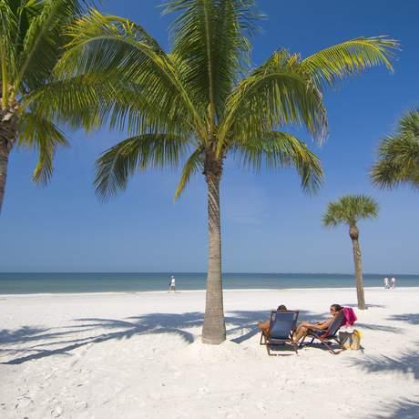 Pärchen am Strand zwischen Palmen, Fort Myers, Sanibel