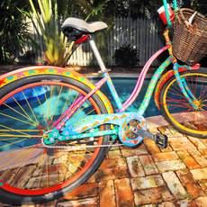 Buntes Fahrrad auf den Keys