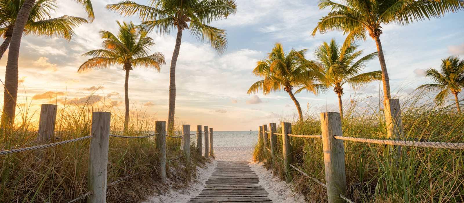 Ein Fußweg zum Smathers Beach bei Sonnenaufgang in Key West, Florida