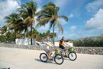 Touristen auf Fahrrädern in Miami