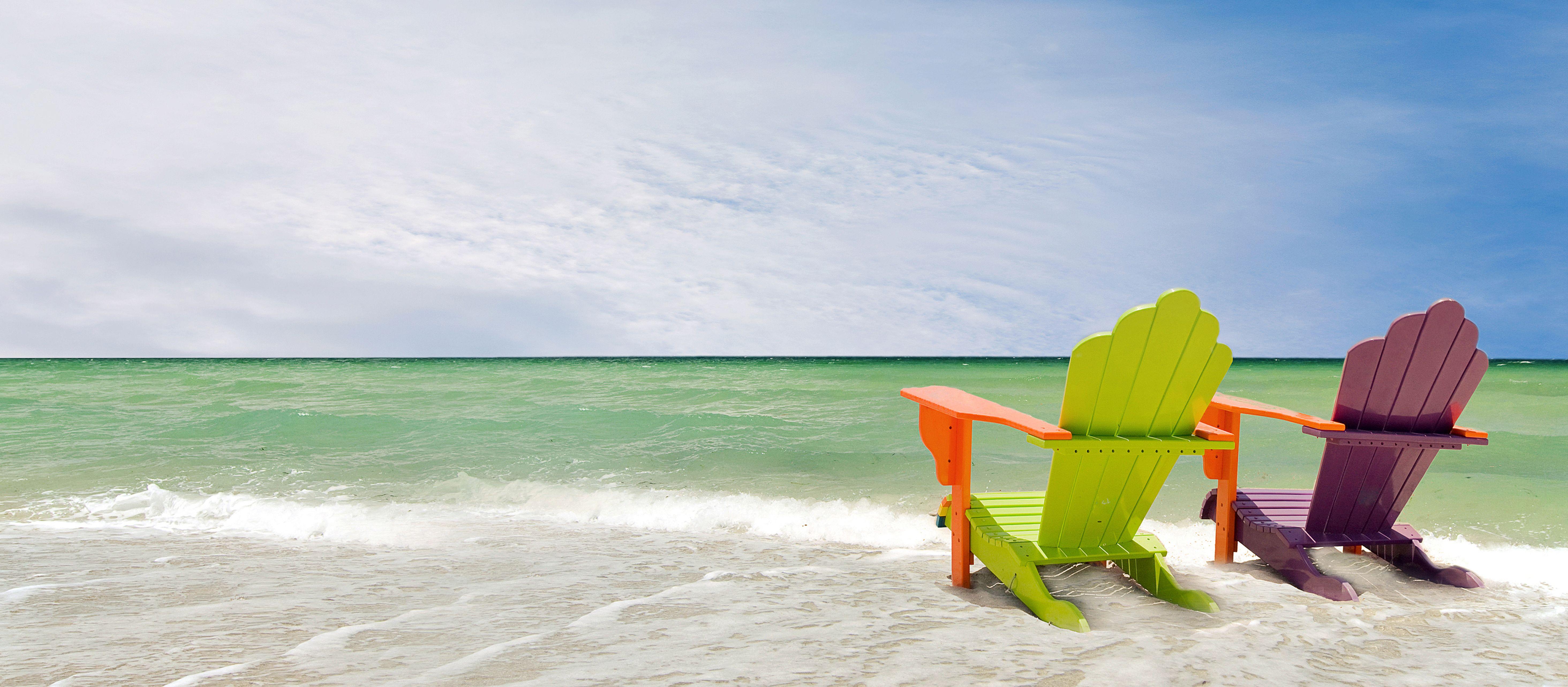 Bunte Lounge Chairs am Strand von Miami, Florida, USA