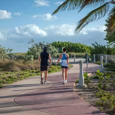 Paar läuft zusammen am North Shore Beach Walkway