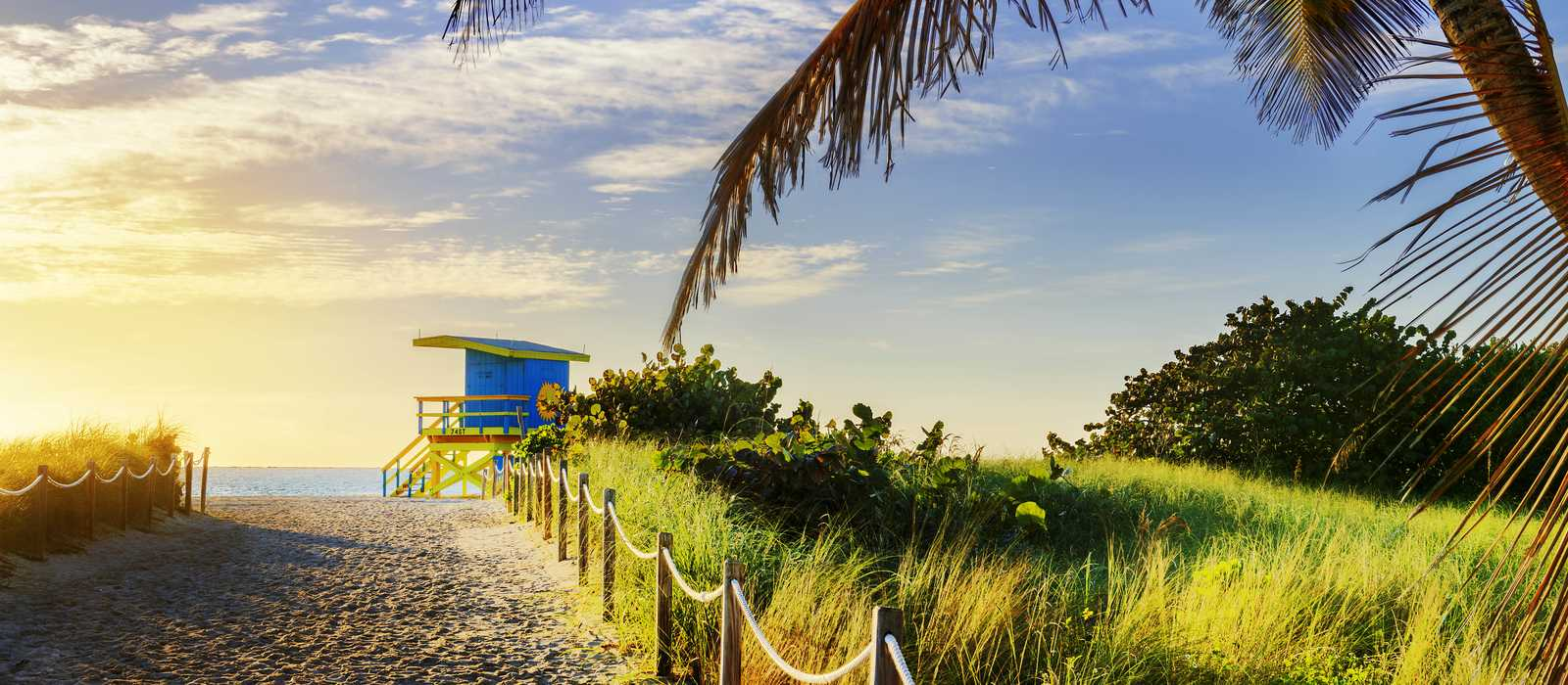 Farbenfroher Rettungsturm am Strand von South Beach, Miami Beach