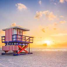 Ein Lifeguard Tower in Miami Beach bei Sonnenaufgang