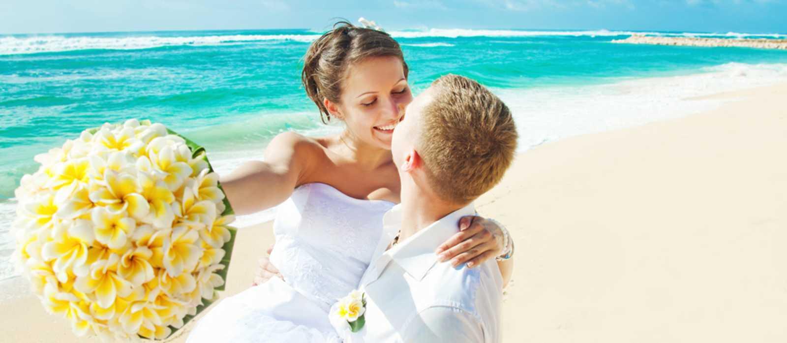 Hochzeitspaar und Brautstrauss