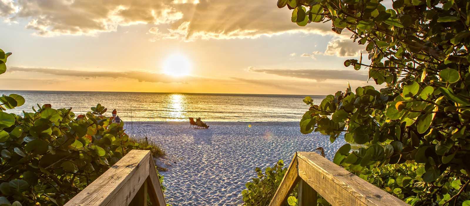 Ein traumhafter Sonnenuntergang am Strand von Naples in Florida