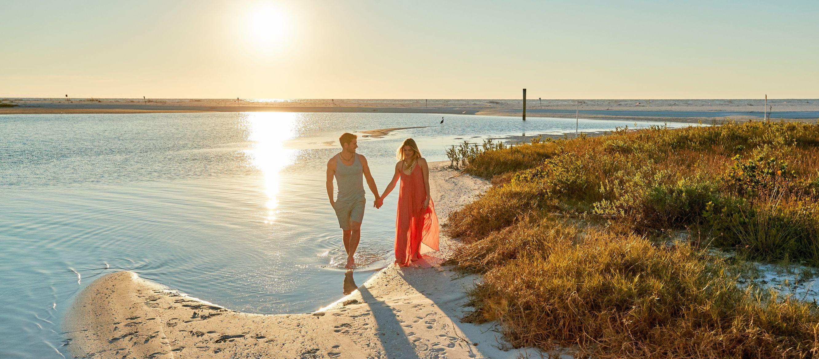 Ein Pärchen während eines Spaziergangs bei Sonnenuntergang am Tigertail Beach auf Marco Island