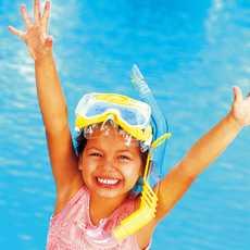 Mädchen mit Taucherbrille vor einem Pool
