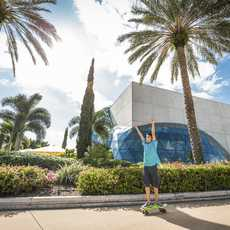 Mit dem Shortboard am Salvador Dalí Museum vorbei fahren