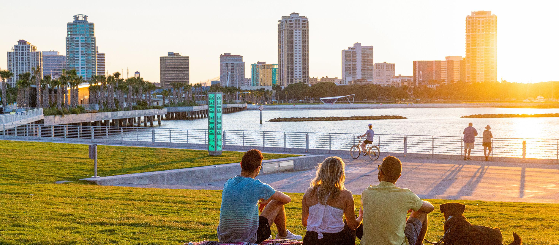 Mit Freunden den Sonnenuntergang geniessen am Hafen von St. Pete in Florida