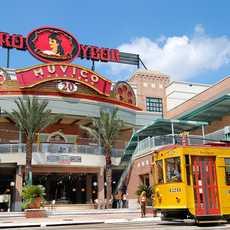Eine Straßenbahn vor dem Centro Ybor in Tempa, Florida