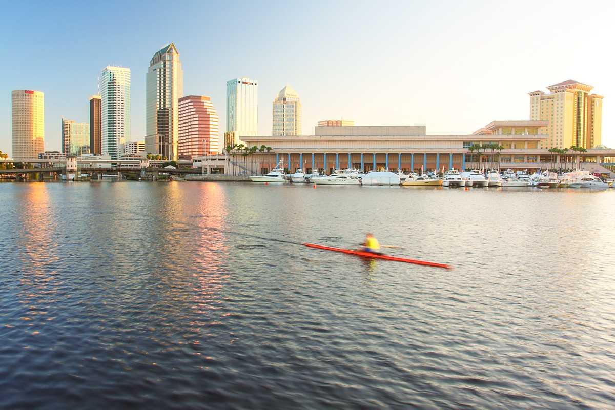 Die Skyline von Tampa aus Sicht der Tampa Bay in Florida