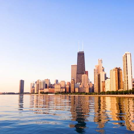 Blick vom Strand auf die Skyline von Chicago bei Sonnenaufgang