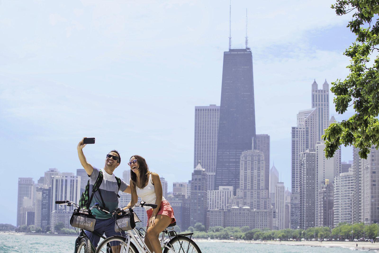 Paar vor Skyline von Chicago