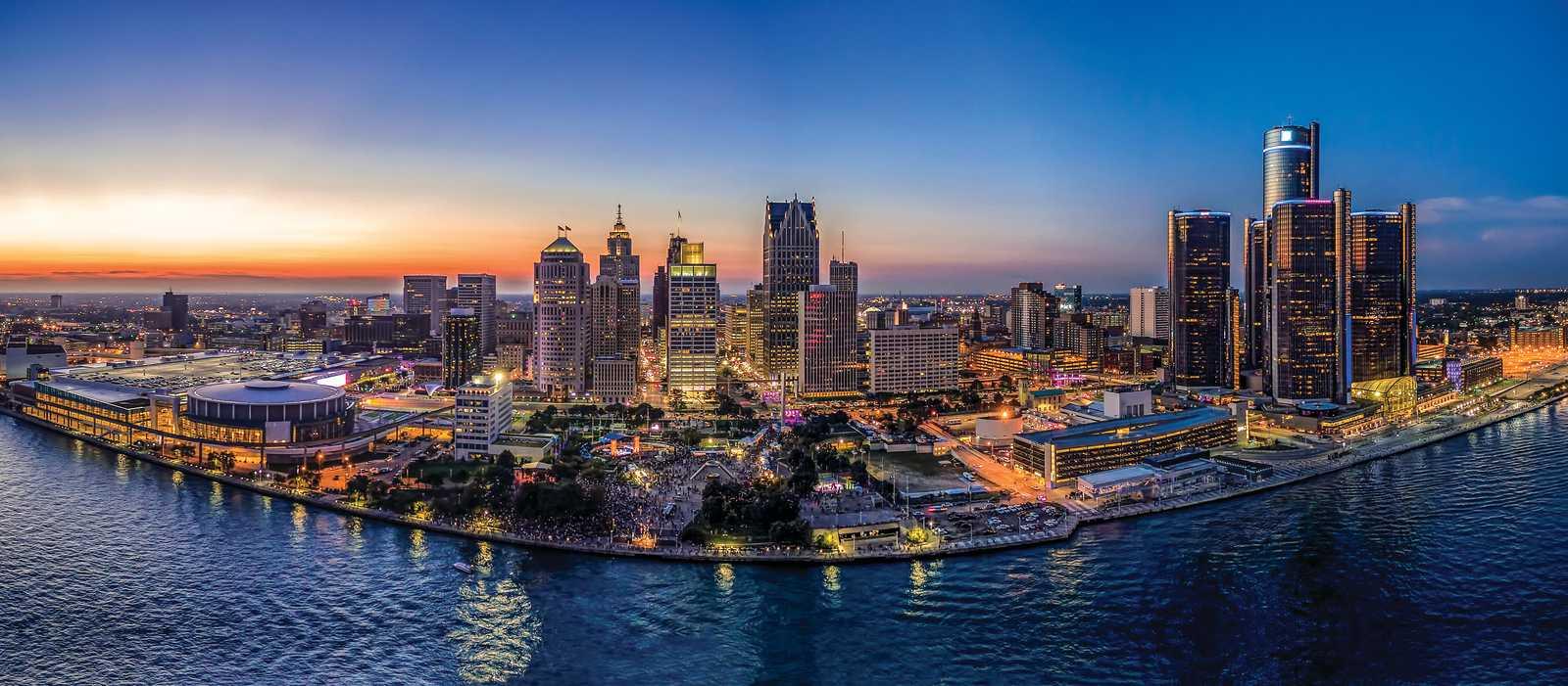 Die Skyline von Detroit in der Dämmerung
