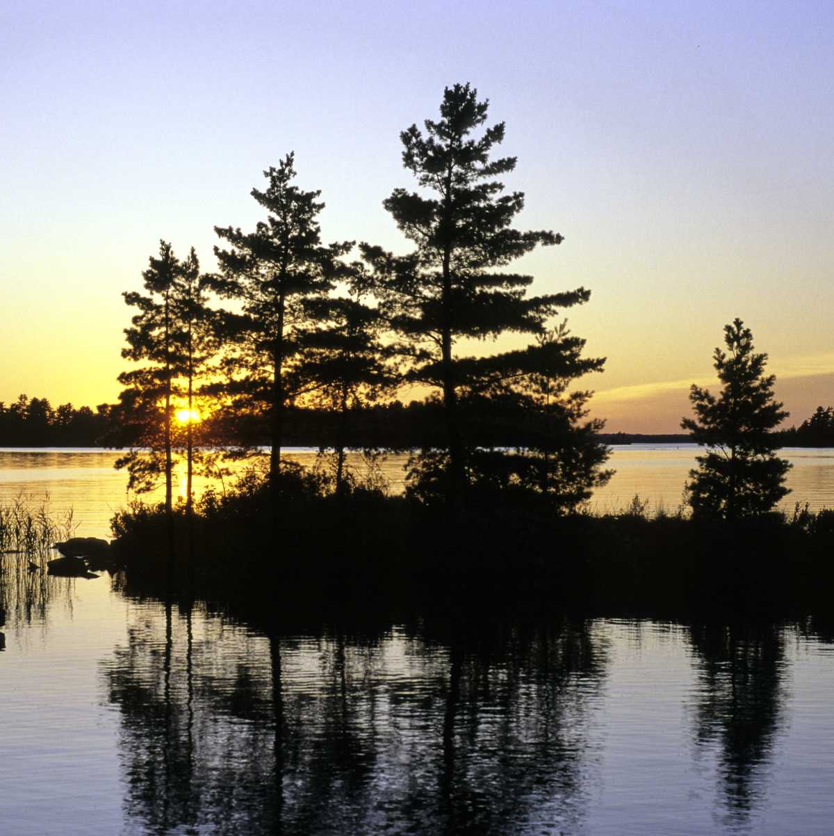 55. Voyageurs National Park. The only national park in Minnesota, Voyageurs National Park stretches 55 miles along the Canadian border. A park rich with history, Voyageurs served a crucial role in the fur trade era. With over 500 islands scattered around 30 lakes, this water-loverÕs paradise has primitive campsites, as well as cozy cabins and resorts. There are many communities that surround the park with a variety of different attractions. Houseboating has become one of the most popular activities in the park.