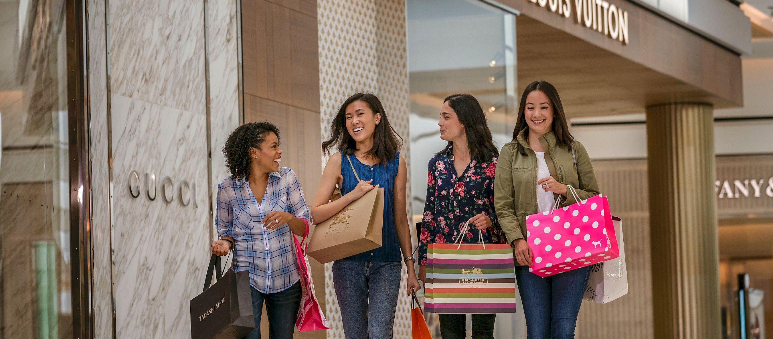 Eine Gruppe Frauen in der King of Prussia Mall in einem Vorort von Philadelphia