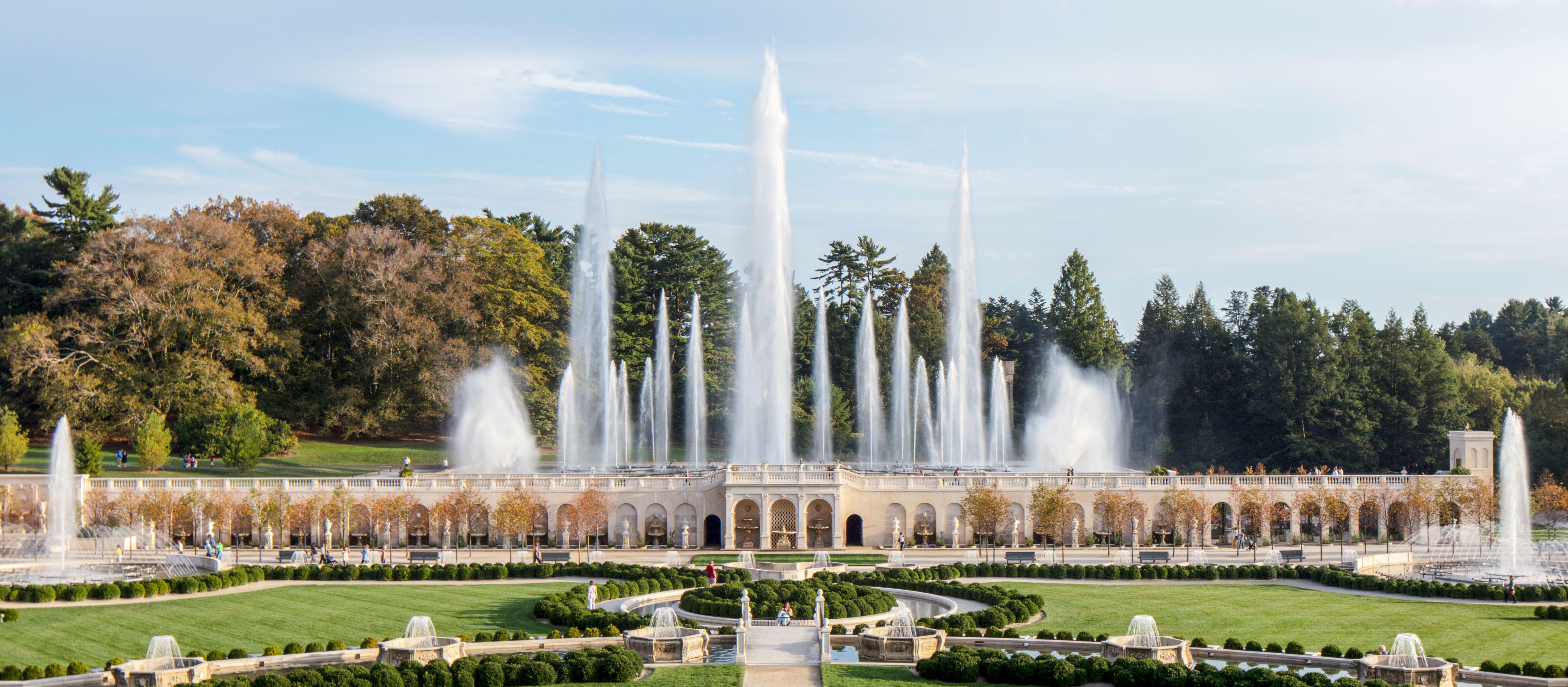 Blick auf die zahlreichen Fontänen der Longwood Gardens in Kennet Square, Pennsylvania