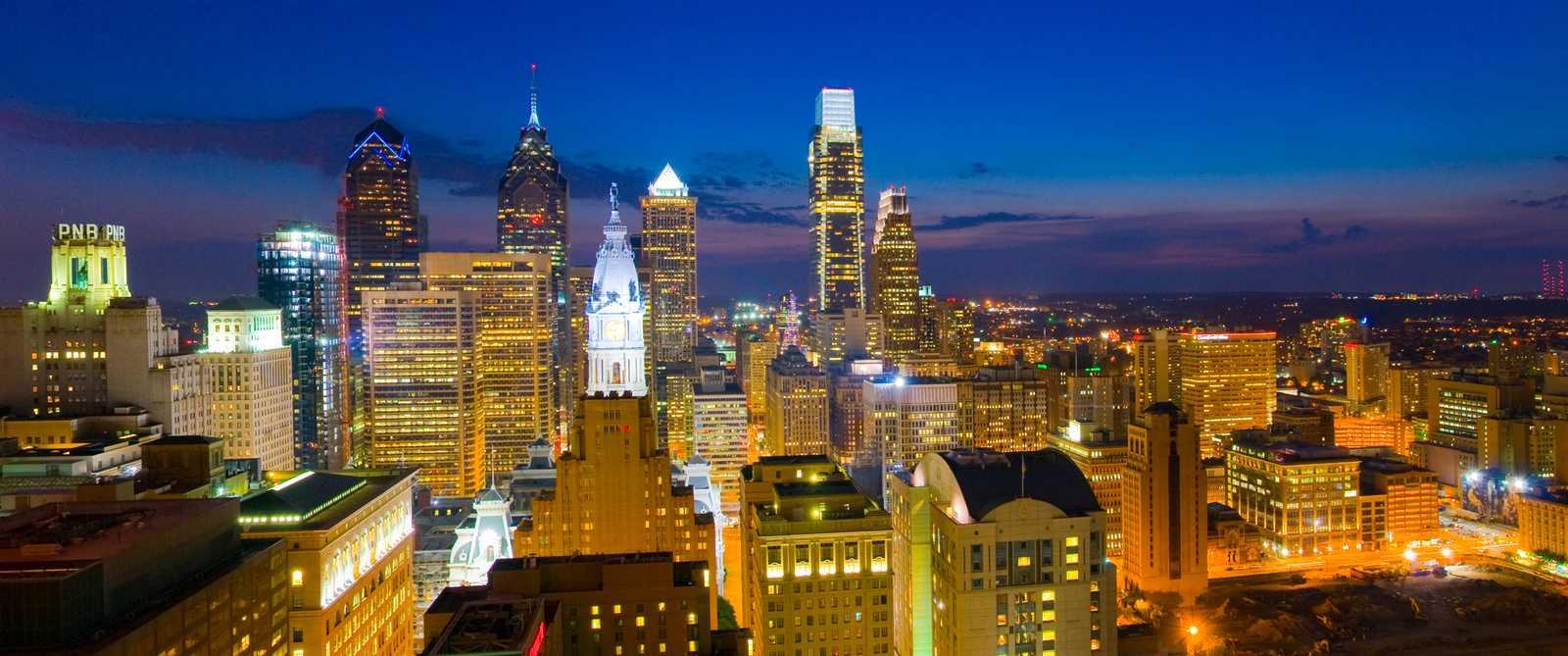 Die Skyline Philadelphias bei Nacht