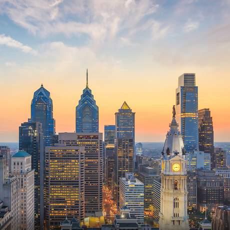 Sonnenuntergang hinter der Skyline von Philadelphia