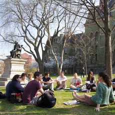 Ein studentischer Sitzkreis vor der University of Pennsylvania in der USA