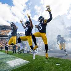 Einlauf der Pittsburgh Steelers in das Heinz Field in Pittsburgh