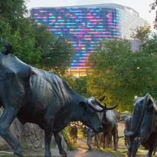 Pioneer Plaza vor dem Omni Dallas Hotel