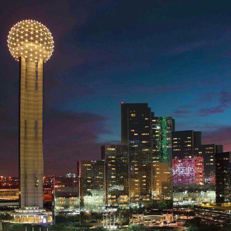 Der Reunion Tower in Dallas bei Nacht