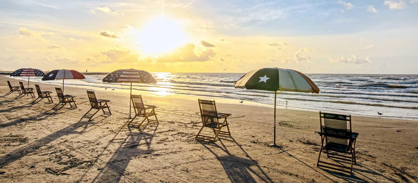 Den Sonnenaufgang am Galveston Beach in Galveston, Texas genießen