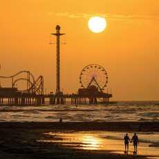 Der Galveston Island Historic Pleasure Pier in Houston bei Sonnenuntergang