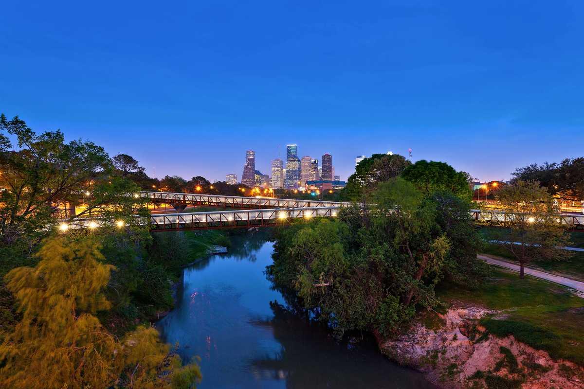 Die Rosemont Pedestrian Bridge mit Blick auf die Skyline von Houston