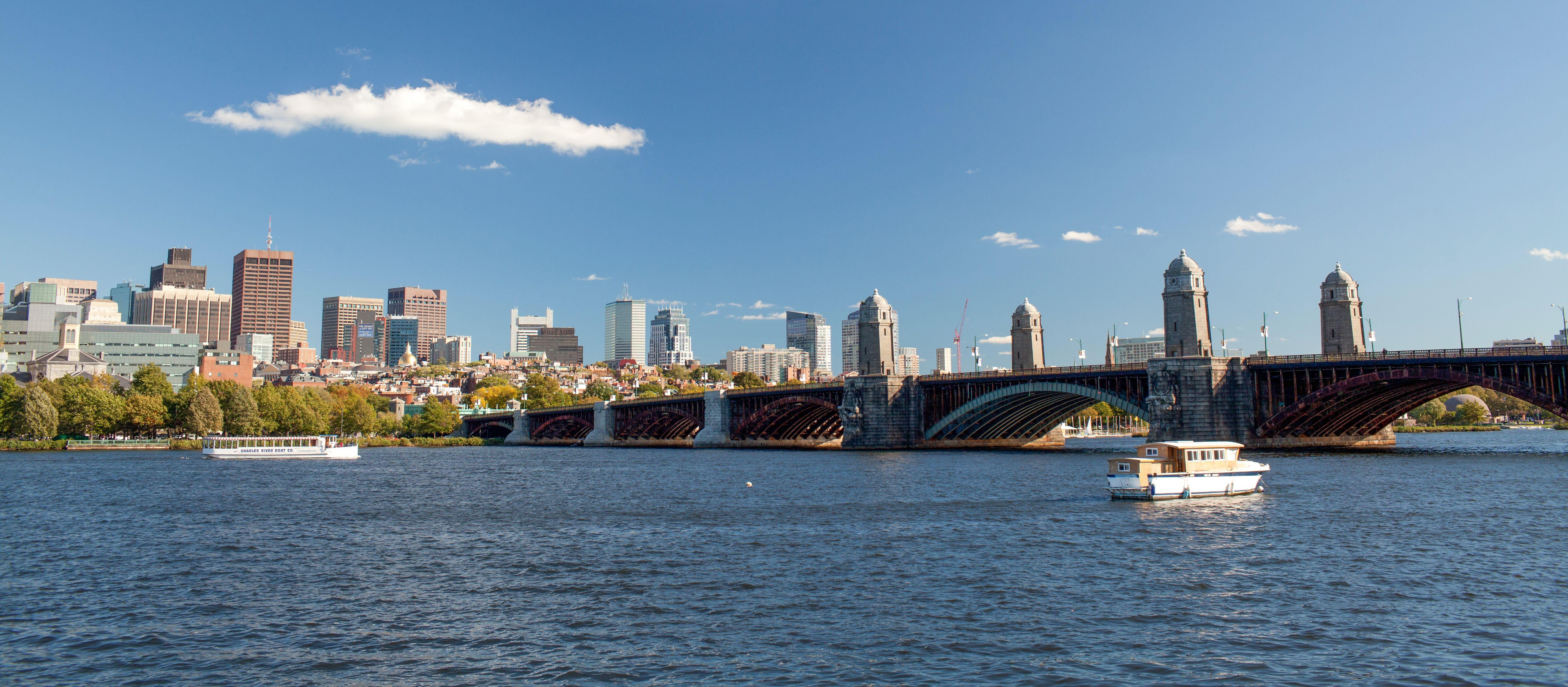 Die Longfellow Bridge im Bundesstaat Massachusetts verbindet die Städte Boston und Cambridge