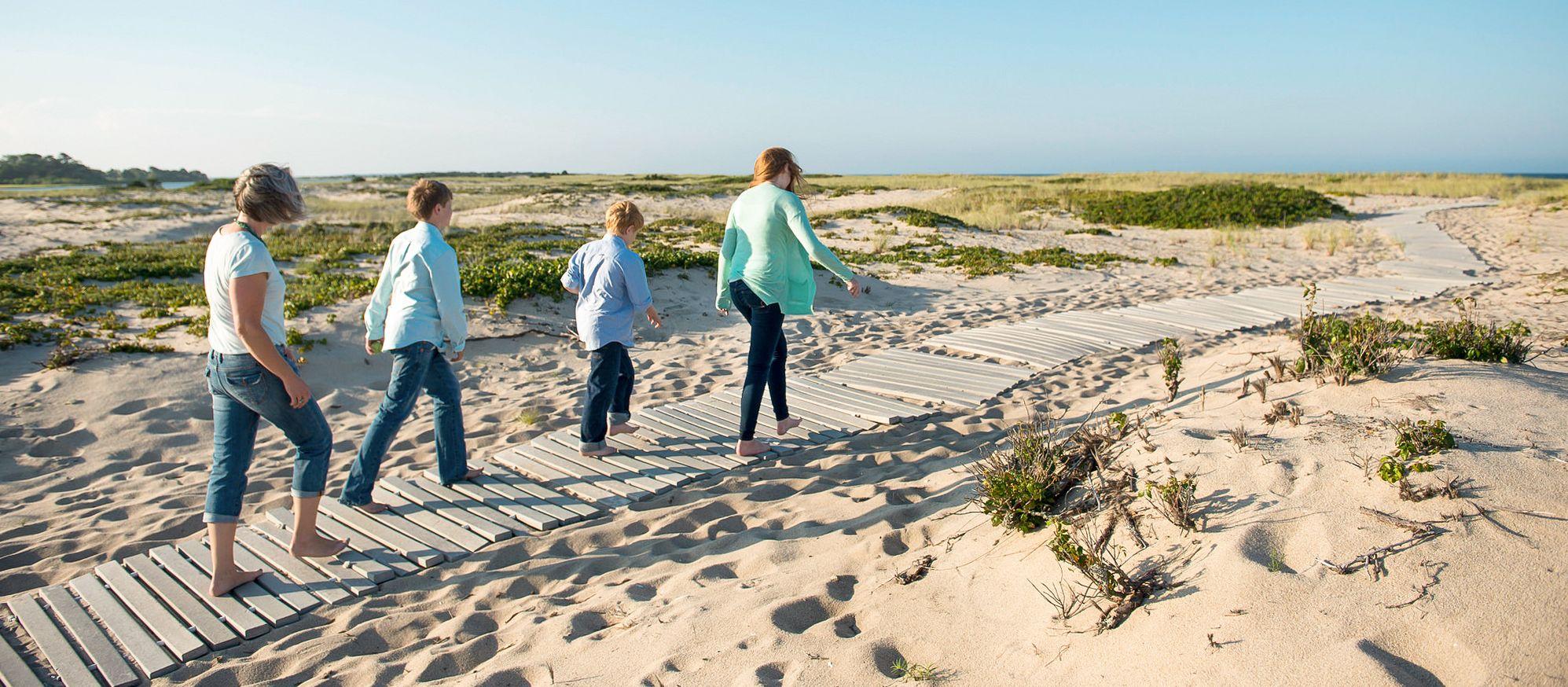 Ein Familien Ausflug am Strand der Insel Martha's Vineyard in Massachusetts