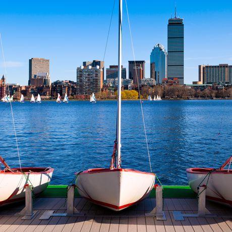Drei Boote vor Bostonpanorama, Massachusetts