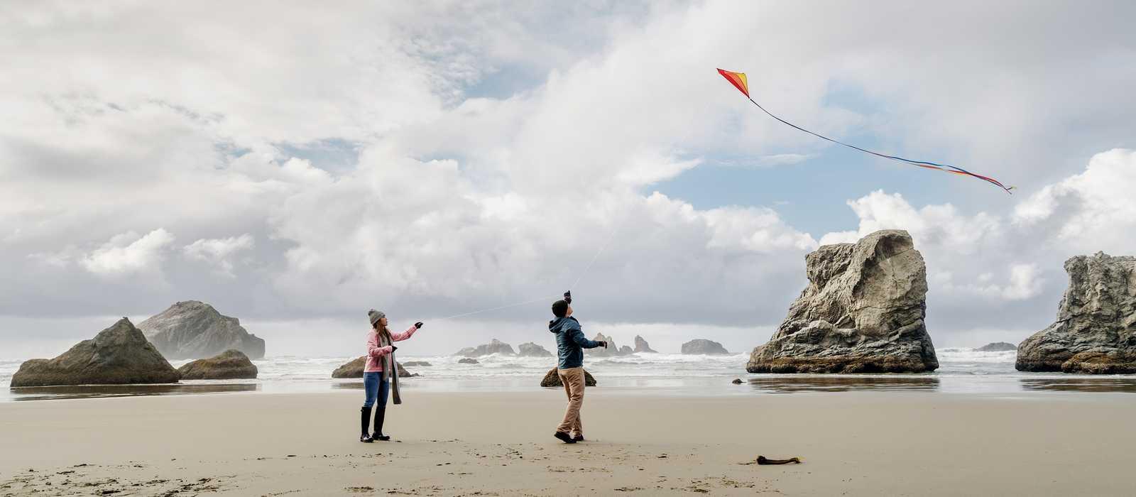Paar laesst Drachen steigen am Bandon Beach, Oregon