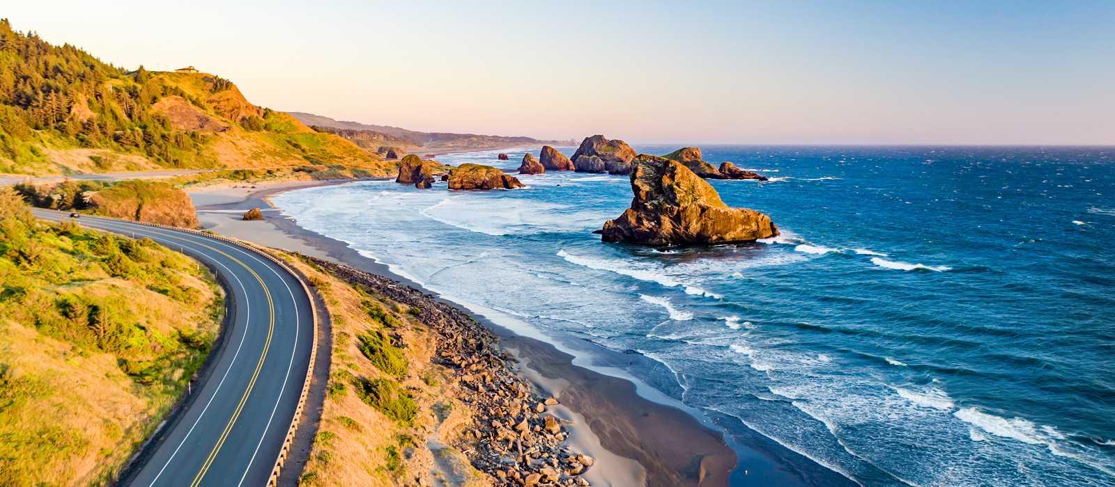 Ein Küstenabschnitt von Oregon bei Sonnenuntergang