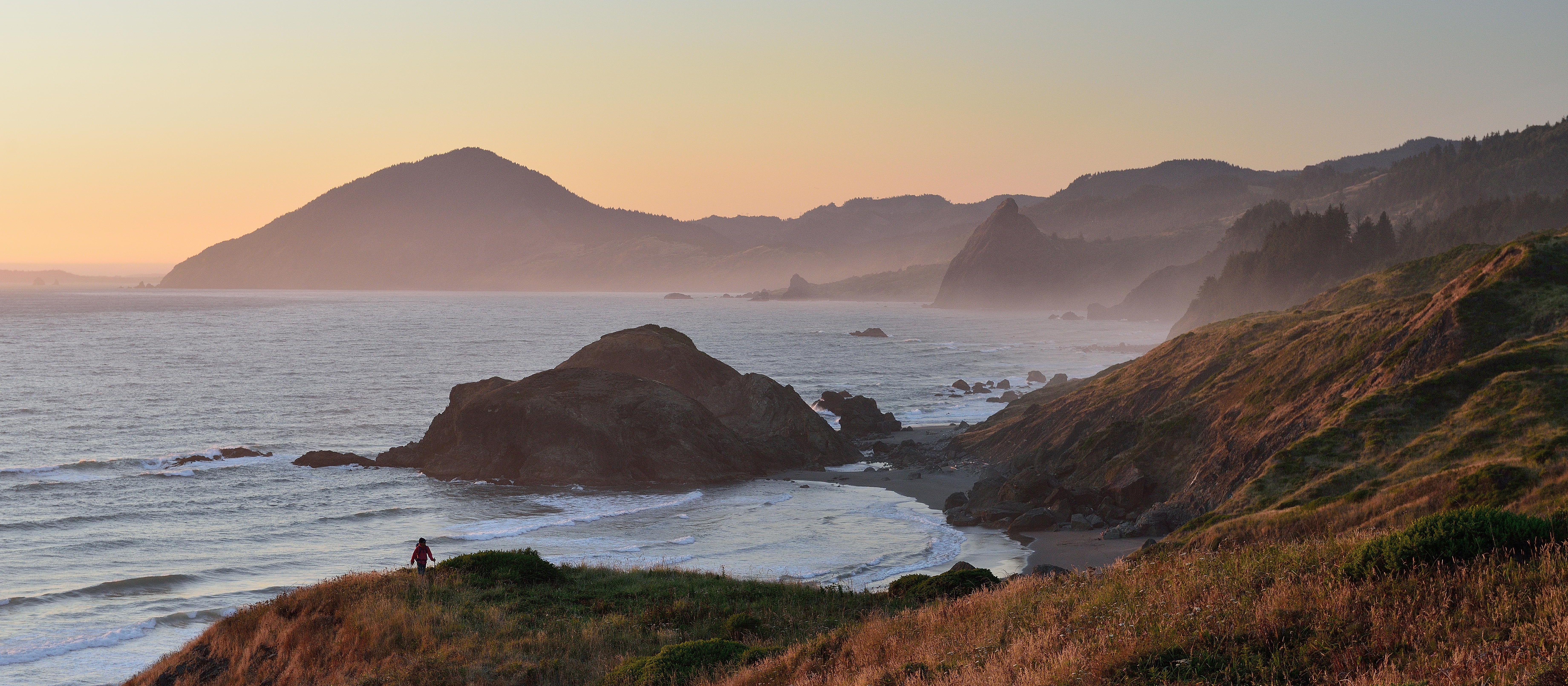 Ein wunderschöner Küstenabschnitt Oregons in der Abenddämmerung