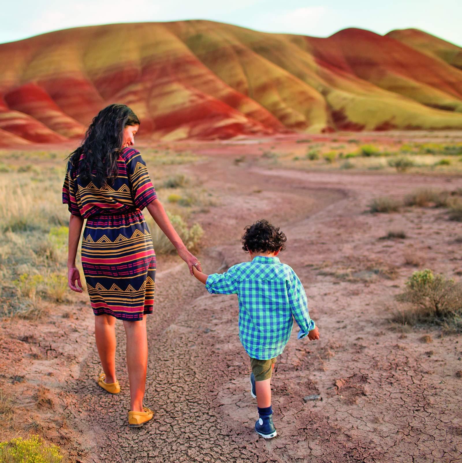Mutter mit Kind vor Painted Hills, Oregon