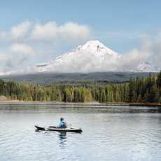 Kajakfahrer auf Trillium Lake vor dem Mount Hood in Oregon