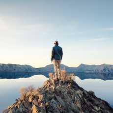 Person auf Erhebung im Crater-Lake-Nationalpark, Oregon