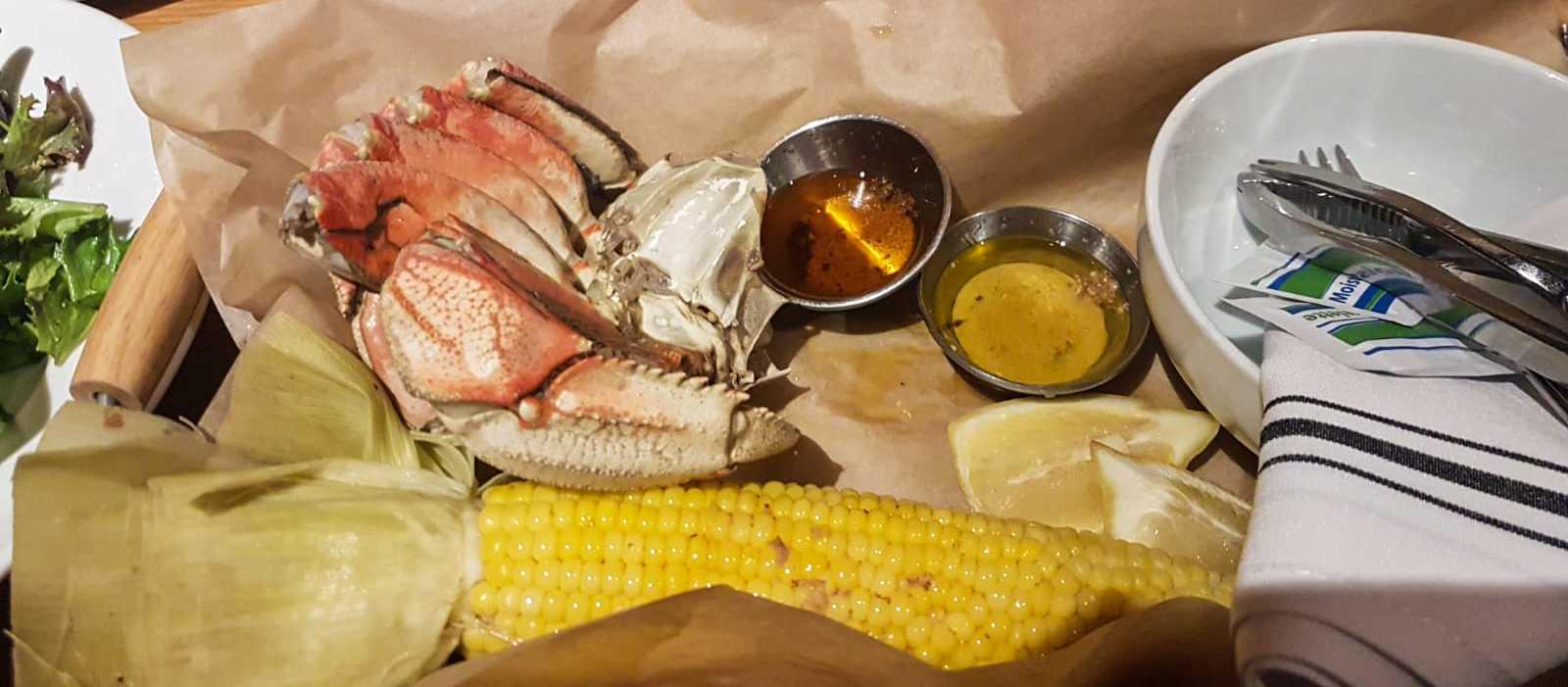 Krabbe mit geschmolzener Butter und Maiskolben im Clearwater Restaurant, Oregon