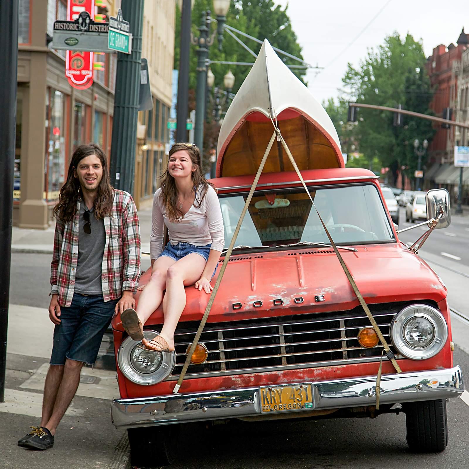 Paar mit Kanu und Dodge in Portland, Oregon