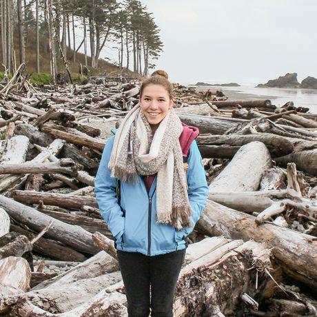 Mitarbeiterin Laura an der Küste von Washington